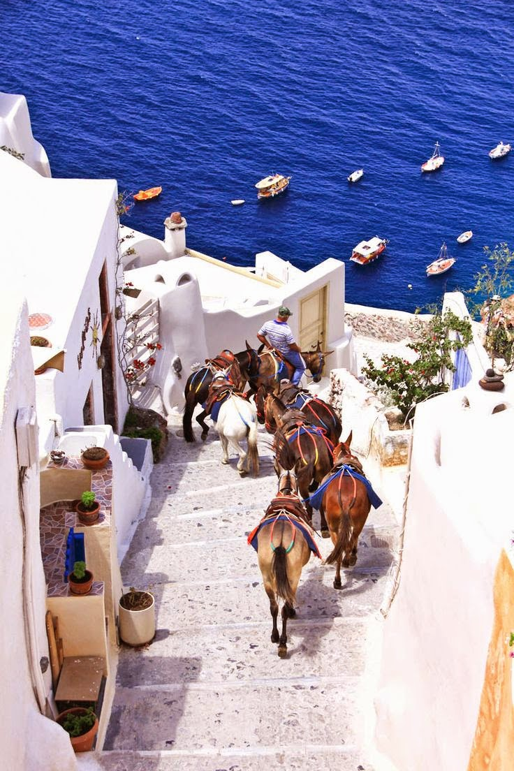https://santorini-traveller.com/wp-content/uploads/2019/05/Santorini-photo-1.jpg